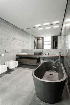 carrelage gris, grande baignoire grise et miroir mural