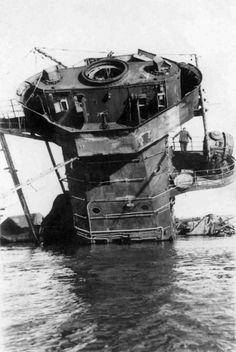"German ""pocket battleship"" ""Admiral Graf Spee"", crew flooded in La Plata Bay. Boat Lights, Heavy Cruiser, Abandoned Ships, Naval, Military Photos, Armada, Navy Ships, Aircraft Carrier, Model Ships"