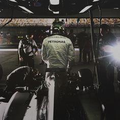 Perché abbiamo scelto lui? Si sa che Lewis Hamilton è un campione. E ci piace proprio perché è una locomotiva: sbruffone, arrogante ma anche gentile e simpatico. Uno che se la gode, quando il resto dei piloti F1 è noia.