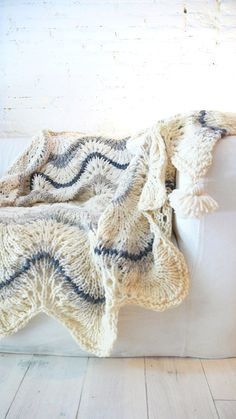 Knitted wool blanket with POM POMS por lacasadecoto en Etsy, €146.00