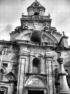 Convento e Iglesia de Santo Domingo Antiguamente situado fuera de las murallas, fue reconstruido dentro de la Ciudad Vieja en la primera mitad del siglo XVII. El convento se amplía hacia 1726, pero la iglesia fue derribada casi por entero conservando sólo las capillas de Remedios y del Rosario. — en Ciudad Vieja A Coruña. Big Ben, Building, Travel, 17th Century, Primitive, Santo Domingo, Rosario, Towers, Remedies