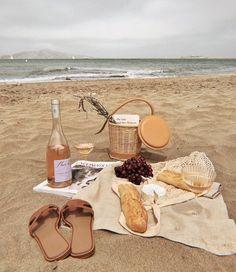 Picnic on the beach Picnic Date, Beach Picnic, Summer Picnic, Summer Travel, Beach Aesthetic, Summer Aesthetic, Aesthetic Food, White Aesthetic, Comida Picnic