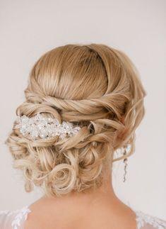 idée de coiffure mariage - chignon bouclé décoré d'un bijou à cheveux