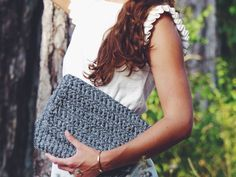 Pochette grise chinée réalisée au crochet portée par la jolie Marianne / Grey crocheted clutch made by La French Pique, wearing by the beautiful Marianne