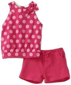 blusa sin manga de lunares y pantalones cortos