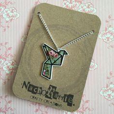 Collana di gru di Origami floreale. Gioielli. Illustrazione. Opera d