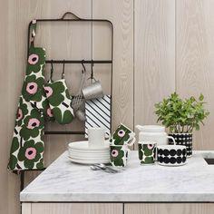 Clean Kitchen! Kombiniert den Topflappen mit weiteren Küchentextilien oder Keramiken aus der Unikko Kollektion von Marimekko. Praktische und schöne Helfer für den Küchenbereich. Der Pieni Unikko Topflappen ist in verschiedenen Farben erhältlich.