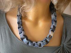 *Aus ca 50 Gürtelschlaufen unterschiedlicher Größe zusammengenähter, außergewöhnlicher und robuster Halsschmuck.* Die Halskette dehnt sich etwas und kann über den Kopf gezogen werden. Sie ist...