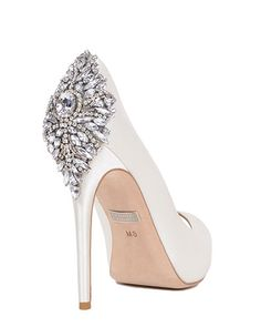 Tacones de infarto de Badgley Mischka Kiara Embellished Peep-toe Bridal Shoe