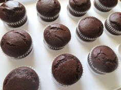 Chocolate é o sabor favorito de cupcake para grande parte das pessoas. Aprenda a fazer a massa de cupcake de chocolate deliciosa e simples de fazer.
