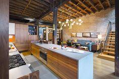 LA CUCINA Con il bancone e il pavimento rivestiti in pietra New York Bluestone. I mobili sono realizzati in legno di noce, mentre i pensili sono in laccato opaco. Elettrodomestici di Sub-ZeroWolf e Miele.
