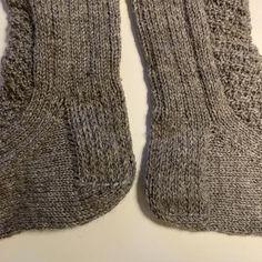 Villasukan kantapää ohje   Näin neulot hyvin istuvan sukan kantapään – Taito Pohjois-Pohjanmaa Crochet Socks, Slippers, Knitting, Crocheting, Adidas, Shoes, Fashion, Crochet, Moda