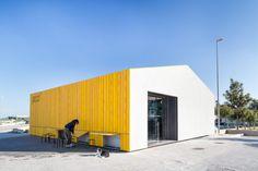 El proyecto se resuelve a través de una capa exterior realizada con materiales de bajo coste y reutilizados. Paneles de AQUAPANEL y listones de madera que en conjunto actúan como una fachada ventilada protegiendo al mismo tiempo las instalaciones que discurren por el exterior.