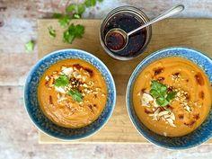 La préparation d'un délicieux potage n'a rien de complexe. Surtout lorsqu'on a, sous la main, un bouillon maison! #POTAGELÉGUMESETCOCO  POTAGE CAROTTE, TOMATE ET LAIT DE COCO Portions : 4 à 6   Préparation : 15 minutes   Cuisson : 40 minutes  INGRÉDIENTS 15 ml (1 c. à soupe) d'huile d'olive 15 ml (1 c. à soupe) d'huile de sésame 1 oignon, coupé en morceaux 1 gousse d'ail, hachée 30 ml (2 c. à soupe) de gingembre frais, râpé 15 ml (1 c. à soupe) de pâte de carirouge 6 carottes… Isabelle Huot, Nutrition, Thai Red Curry, Favorite Recipes, Ethnic Recipes, Foodies, Cooking Recipes