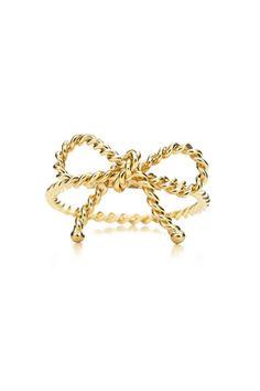 Anillo de cordón de oro trenzado en forma de lazo, de Tiffany.