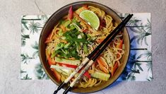 Asiatische Nudeln mit Erdnussbutter-Knoblauch-Soße für 2,80 Euro - Rezept - DER SPIEGEL My Favorite Food, Favorite Recipes, Yummy Veggie, Asian Recipes, Ethnic Recipes, Big Bowl, Special Recipes, Vegan Vegetarian, Ramen