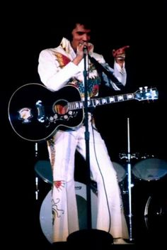 ELVIS WEARING THE DRAGON SUIT IN 1974