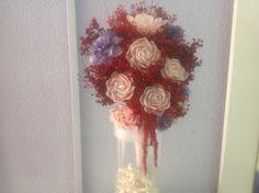 Ramo de novia: conchas color rosa natural, escamas lilas y rojo pasión.