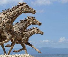 Sculpturen van James Doran-Webb met aangespoeld hout. Foto: Rolando Pascua