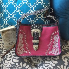 Pink and black saddle bag purse Pink and black saddle bag purse. No brand, boutique bought. Lightly used so great condition! Bags Shoulder Bags