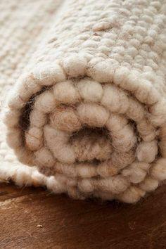 In der traditionsreichen Handweberei Weiß in Salzburg wird dieser flauschige, beige Naturteppich aus Schafwolle auf alten Webstühlen per Hand gewebt. Salzburg, Shag Rug, Tiny House, Blanket, Rugs, Home Decor, Hand Weaving, Woven Chair, Natural Colors