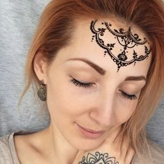 henna-pattern-hand-decoration-forehead-indian.jpg 600×600 pixelů
