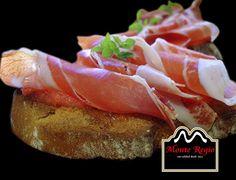 Tostada de tomate natural y jamón ibérico #MonteRegio ¡siempre viene bien un descanso!