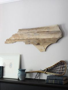 i have seen a colorado one with the flag painted (rustically) on it at barnes and noble, i think Katie would love it Pallet Crafts, Pallet Art, Pallet Projects, Home Projects, Wood Crafts, Woodworking Projects, Pallet Creations, My New Room, Pallet Furniture