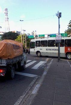 Flagrante de cruzamento fechado Leitor pede maior fiscalização no trânsito do Recife Essas imagens foram tiradas na terça-feira (7/5), às 16h30, no cruzamento da Avenida Agamenon Magalhães com a Rua Dom Bosco (Recife).  Motoristas de ônibus fechando o cruzamento dificultando ainda mais o trânsito, que já é caótico (notem que o sinal está aberto para quem vai pela Avenida Agamenon Magalhães). Publicado em 09/05/2013, às 10h09 (Leia [+] clicando na imagem)