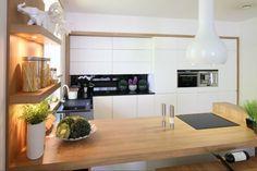 Znalezione obrazy dla zapytania kuchnia białe meble drewniane blaty
