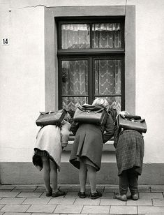 Meisjes met schooltassen / Girls witch satchels by Nationaal Archief, via Flickr