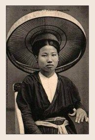 Tonkin, Vietnam Annamite woman wearing Young Hanoian girl, wearing the traditional quai thao hat. Old Pictures, Old Photos, Girls Of The Wilds, Hand Drawing Reference, Vietnam History, Asian History, The Old Days, Historical Photos, Vintage Images