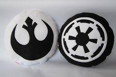 Cojines con los símbolos de la alianza rebelde y el imperio | La Guarida Geek