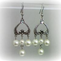 Aretes plateados con perlas de Ana Bolena