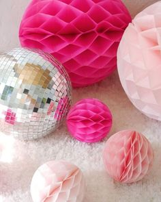 A Pink and Silver New Year's Eve Party - ideas on DIY decor, party food and a delicious cocktail recipe to help you celebrate the new year in style! Party Centerpieces, Diy Party Decorations, Diy Unicorn Birthday Cake, Unicorn Party, Christmas Origami, Christmas Trees, Bird Party, Colorful Party, Valentines Day Party
