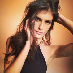 """Sombra leve, pele sutil e batom em tons suaves. Assim é a maquiagem """"de bonita"""" que o mercado da moda tanto fala. A brasileira está numa fase de valorizar seus pontos fortes e revelar a sua beleza real.  Como a Carol Francischini, maquiada por mim para a capa da GLAD Magazine."""