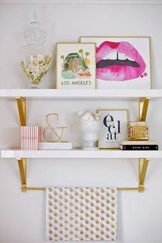 """Renueva un espacio en tu hogar- A veces un pequeño cambio en la decoración ayuda a """"refrescar"""" una habitación. Este es sencillo de hacer y muestra objetos de manera original, haciéndolos lucir mucho más a si estuvieran en una mesa o librero."""