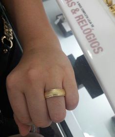 Aliança de casamento 18k Well Dressed, Class Ring, Wedding Bands, Wedding Planning, Jewellery, Elegant, Beautiful, Gold Wedding Rings, Sideboard