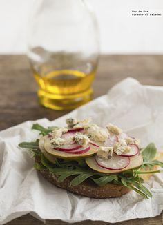Receta de tosta de rúcula, pera, rabanitos y queso.Receta con fotos del paso a paso y presentación.Trucos y consejos de elaboración.Recetas de aperitivos
