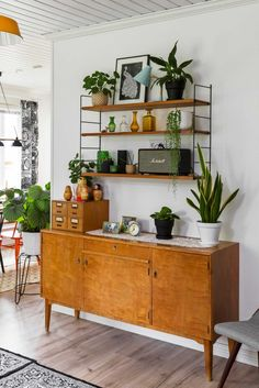 Up Your Decor With Lush Houseplants Learn the best ways to arrange and care for houseplants so you can be a indoor gardening expert.Learn the best ways to arrange and care for houseplants so you can be a indoor gardening expert. Home Interior, Interior Design, Diy Design, Design Ideas, Diy Zimmer, Decorating Bookshelves, Peace Lily, Style Deco, Decoration Inspiration