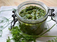 PESTO DE PERSIL (un beau bouquet de persil, 1 gousse d'ail, 50 g de parmesan, 50 g de poudre de noisette, 15 cl d'huile d'olive, sel et poivre)