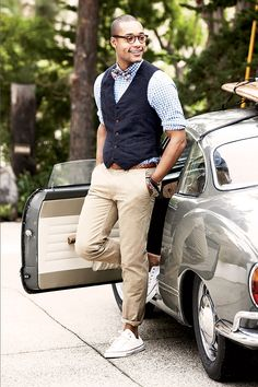 Make a dark blue cotton waistcoat and beige chinos your outfit choice like a true gent. Choose a pair of white low top sneakers for a more relaxed aesthetic. Navy Vest, Blue Vests, Khaki Vest, Sharp Dressed Man, Well Dressed Men, Sneaker Trend, Beige Chinos, Moda Blog, Converse Outfits