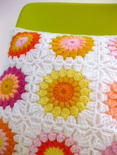 circle granny squares with white border to bring out the circle shape <3 <3 <3
