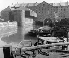 Liverpool docks where my grandad worked Liverpool Life, Liverpool Waterfront, Liverpool Docks, Liverpool History, Liverpool England, Old Pictures, Old Photos, Canal Boat, Historical Architecture