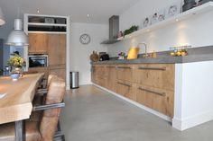 Pandomo Loft Designboden in Kombination mit Altach Style - Cuisine Ouverte Ilot Kitchen Room Design, Modern Kitchen Design, Kitchen Decor, Concrete Kitchen, Kitchen Flooring, Concrete Counter, Modern Farmhouse Kitchens, Home Kitchens, 1970s Kitchen Remodel