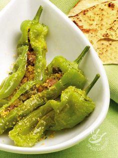 Friggitelli con tonno e acciughe: un secondo di verdura insolito e gustosissimo, per imparare ad apprezzare anche gli ortaggi meno comuni.
