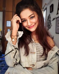 These pretty Eyes and her style. Stylish Photo Pose, Stylish Girls Photos, Stylish Girl Pic, Stylish Kids, Teen Actresses, Indian Actresses, Cute Girl Pic, Cute Girls, Teen Celebrities