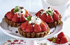 Erdbeertörtchen - Zeit für Erdbeerkuchen! - Zutaten für 8 Törtchen: 125 g Butter 1 Packung (300 g) Haferkekse (z.B. McVitie's HobNobs) 100 g Vollmilch-Schokolade 25 g Zucker 1 Päckchen Vanillin-Zucker 1 Päckchen...