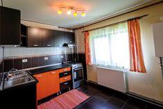 Apartament decomandat in cartierul Micălaca, compus din 3 camere după cum urmează : sufragerie, bucătărie, baie, dormitor, cameră copil, hol, WC serviciu, debara, desfășurat pe o suprafață construită de 82 mp .  Dotările includ:  * curent ( contract Enel ); * gaz (centrală proprie apartament); * apă; * canalizare; * CATV. Kitchen Cabinets, Interior, Modern, Home Decor, Kitchen Maid Cabinets, Interieur, Indoor, Interior Design, Home Interiors