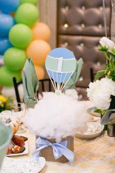 Centro de mesa feito com fibra acrílica simulando nuvens para a festa de 1 aninho no tema balão! Facílimo de fazer.